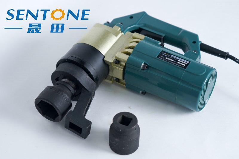 电动数显扭力扳手用处及特性  本系列产品是装配螺纹件及螺栓的机械化施工工具,具有自动控制扭矩功用。普遍应用于栓焊构造桥梁的架设,厂房、塔架及化工、冶金、发电设备的装置。大型机械、起重设备和车辆装配作业,以及对螺纹紧固件的扭矩及轴向拉力有严厉央求的场所